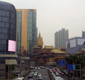 jing'an tempel between skycrapers